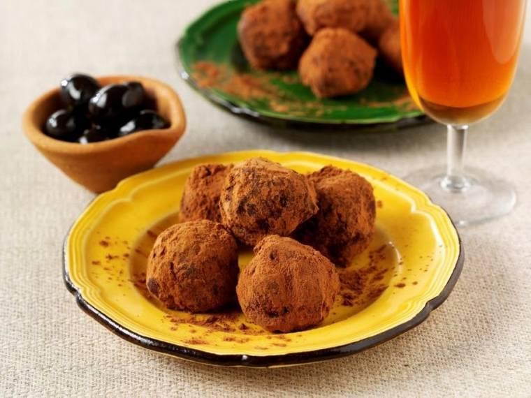 Trufas De Chocolate Y Aceitunas Españolas (Chocolate and Spanish olive truffles)