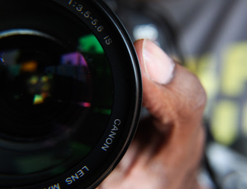 Foto de máquina fotogáfica com lente da Canon