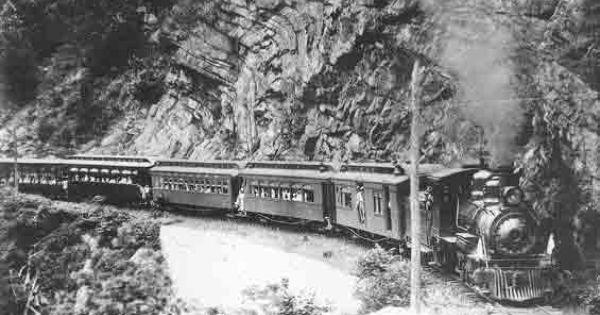 19 Απριλίου1882 τίθεται σε λειτουργία η σιδηροδρομική γραμμή Πελοποννήσου δημιούργημα του Χαρίλαου Τρικούπη