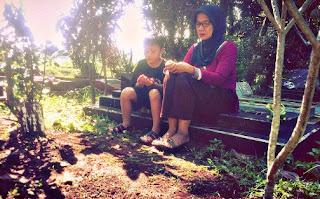 Adab Ziarah Kubur duduk di atas kuburan