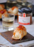 Mini canutillos de brie con salsa dulce de melocotón y albaricoque con bayas de goji de Can Bech - cocinando-con-neus