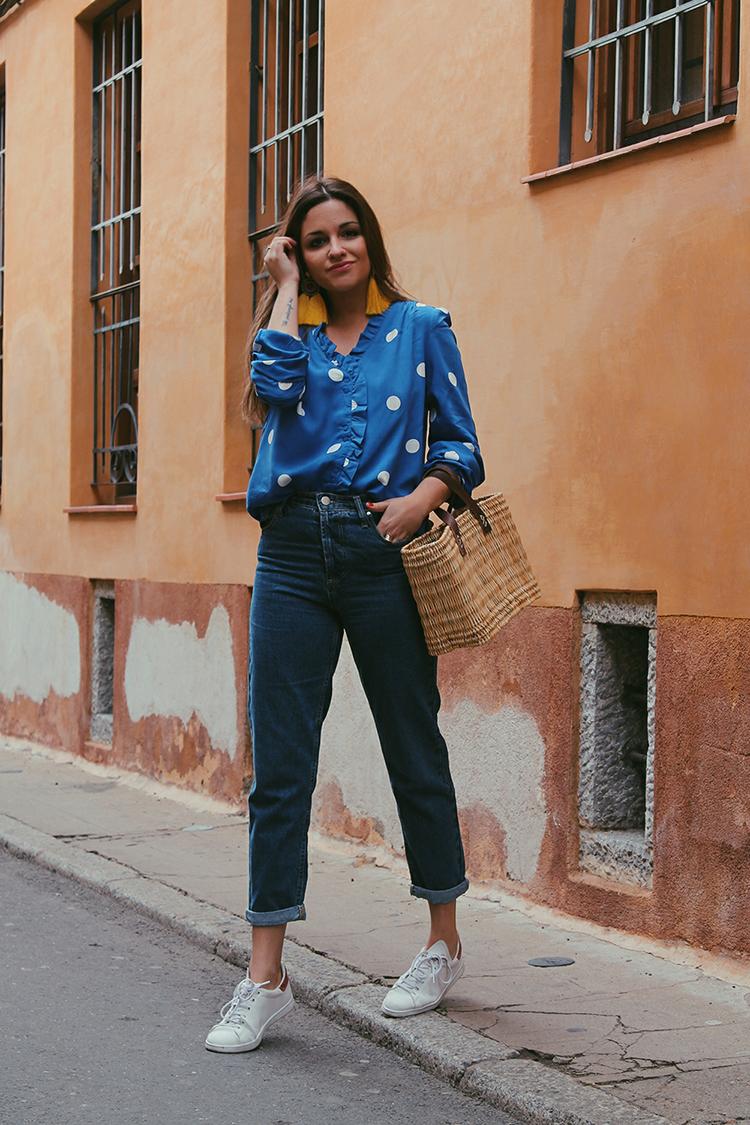 Look blusa lunares, cesta y vaqueros