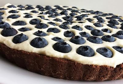 Tarta czekoladowa z kremem i borówkami