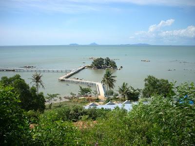 http://www.wisatakalimantan.com/2016/07/wisata-sinka-island-park-kalimantan-barat.html