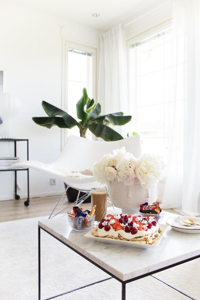 stingray keinutuoli, banaanipuu, olohuoneen sisustus, juhannuskakku, mansikkakakku