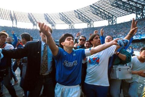 Maradona cũng thế, ông xuất hiện ở Napoli như một ông Vua chứ không phải bom tấn chuyển nhượng