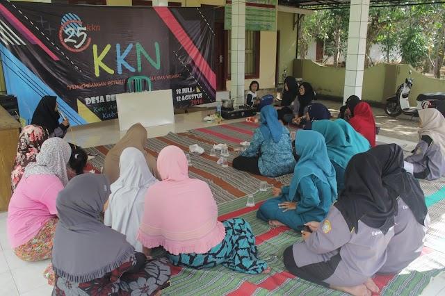 KKN 25 UTM Melaksanakan Sosialisasi dan Pelatihan Pengolahan Permen Mangga.
