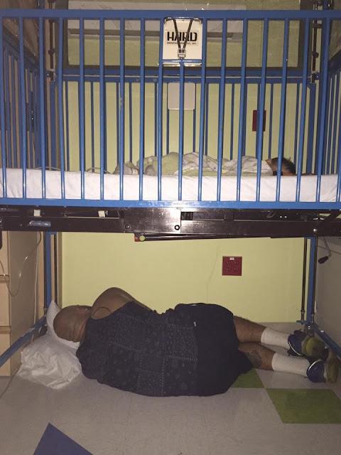 pai dormindo embaixo do berço comove nas redes sociais