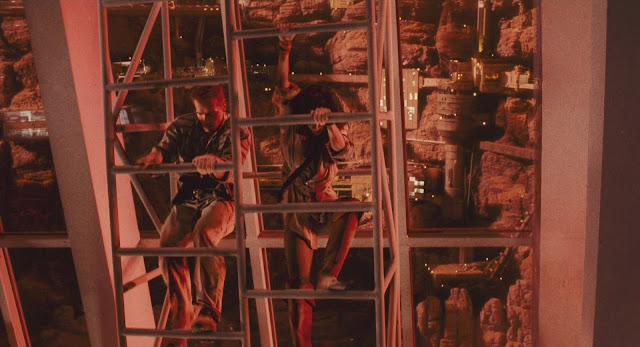 Schwarzenegger (Quaid/Hauser) on Mars colony - Total Recall 1990 movie image