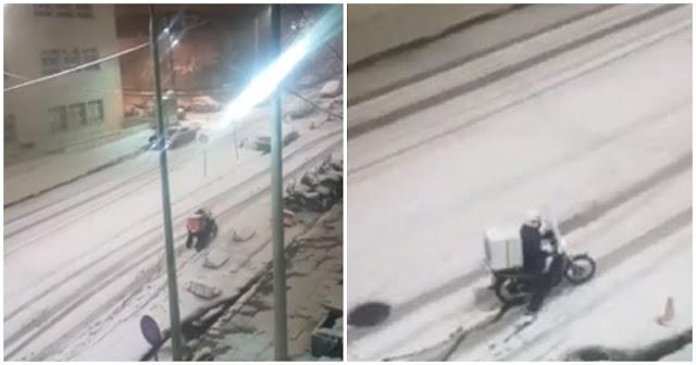 Ντελιβεράς στη Θεσσαλονίκη παλεύει μέσα στα χιόνια να παραδώσει παραγγελία και προκαλεί οργισμένες αντιδράσεις
