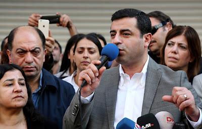 El colíder del HDP, Selahattin Demirtas, habla durante una protesta en Diyarbakir / Sertac KayarReuters