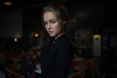 Chica rubia vestida de negro mirando a cámara