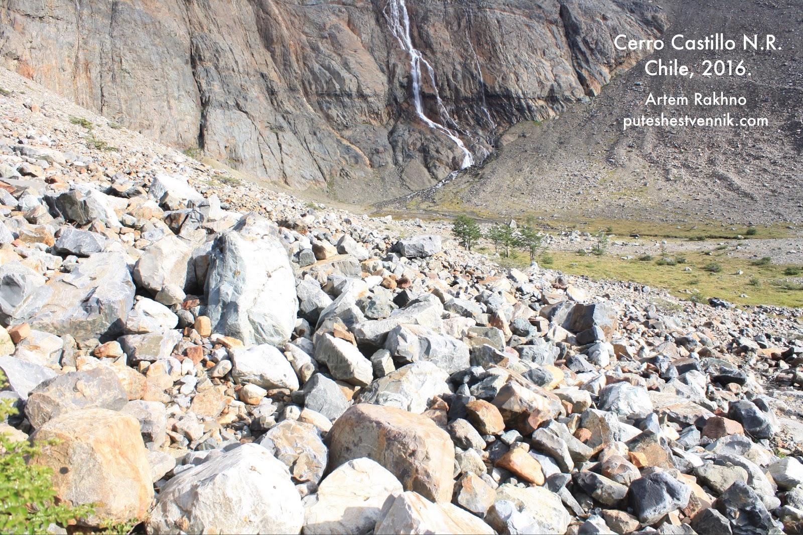 Скала с водным потоком и камни
