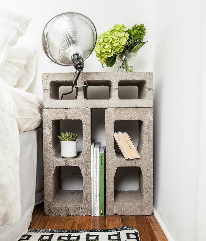 Criado-mudo feito com blocos de concreto