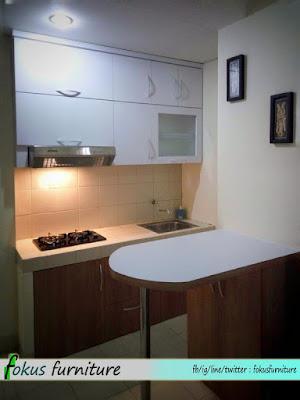 Kitchen set dan meja bar di apartemen Gading icon kelapa gading