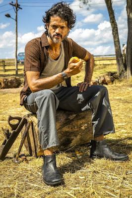 Álamo Facó interpreta Vicente, irmão de Amadeu (Marcos Palmeira), em 'A Dona do Pedaço' — Foto: TV Globo/João Miguel Jr.