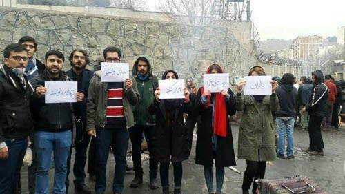 جمعی از دانشجویان دانشگاه ملی به تحصن کنندگان در مقابل زندان اوین پیوستند