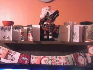 polica ozdobená vianočnými pohľadnicami