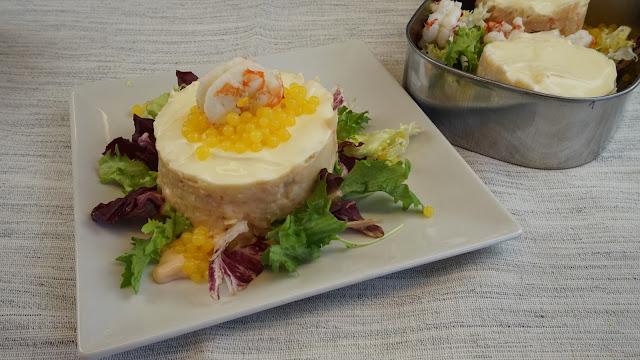 pastel frío de merluza,patata y langostinos con caviar de naranja
