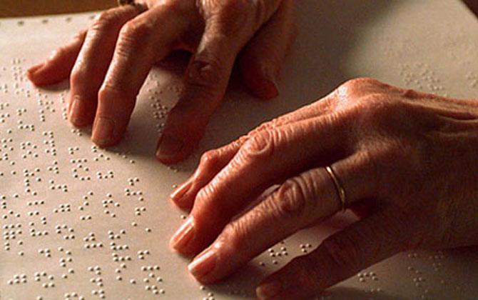 Tratado de Marrakech: pessoas lendo documentos em Braille