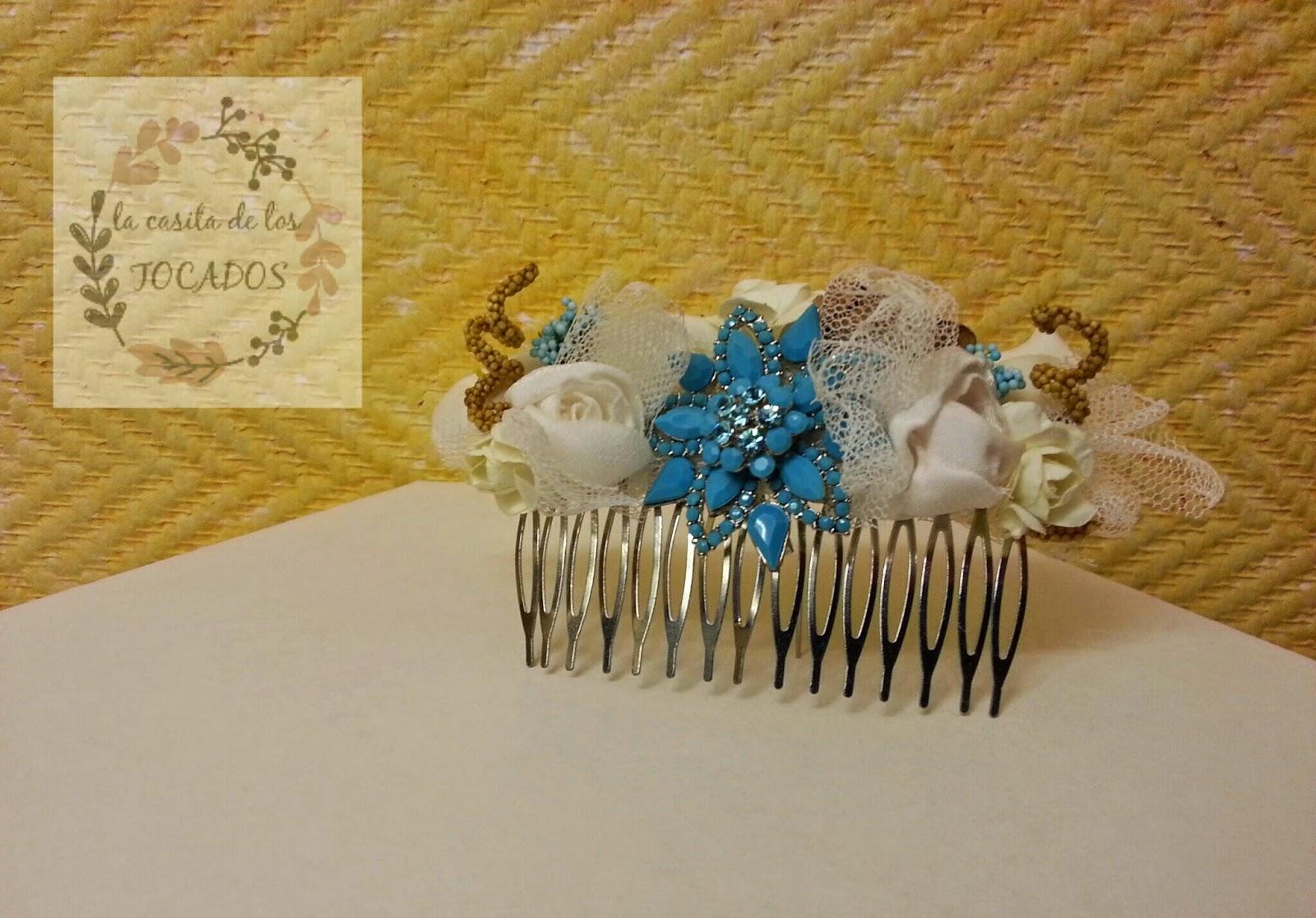 peineta de novia realizada al detalle a juego con bouquet vintage en tonos marfil, beige, dorado y azul turquesa