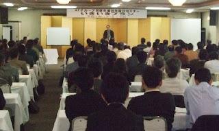講師・三遊亭楽春の落語に学ぶコミュニケーション講演会の風景。
