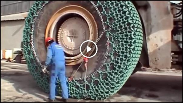 colocando corrente de proteção pneu carregadeira