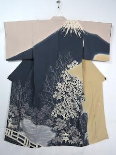 作家物の富士山柄の蝋纈染め着物です。
