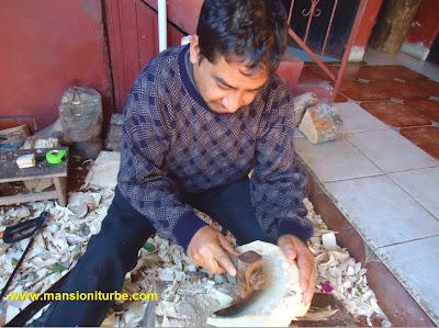 Modesto Horta trabajando en su taller en Tocuaro, Michoacán