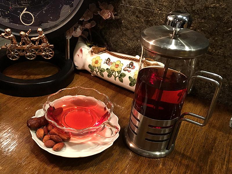 JR四ツ谷駅から新宿通りを西へ徒歩4・5分ほどにある純喫茶『高品質珈琲と名曲   私の隠れ家』の桜色の月桃茶