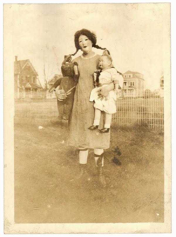 https://3.bp.blogspot.com/-n7ii2LJFTVU/UkqR2XOx3cI/AAAAAAAAPYE/rZd-mMjn_I4/s1600/Creepy+Vintage+Halloween+Costumes+(12).jpg