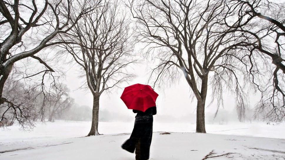 mujer rodeada de nieve