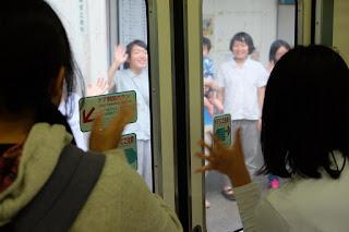 中井侍駅でのお見送りの様子