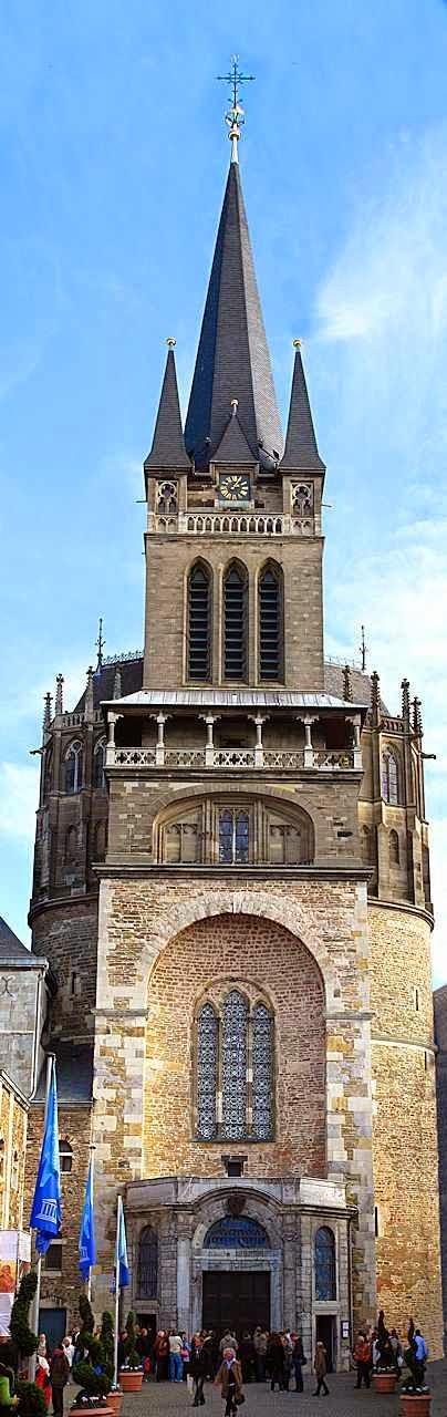 Torre de entrada da catedral de Aachen