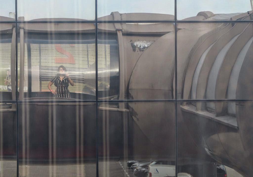 Wenn Es Selfies Und Shoesies Gibt   Gibt Es Dann Eigentlich Auch  Space Age Fies? Und Sci Fi Fies? Messegebäude Von Heinz Wilke, 1971