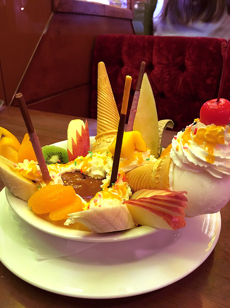 新宿の純喫茶『珈琲西武』のデカ盛りプリンアラモードアップ