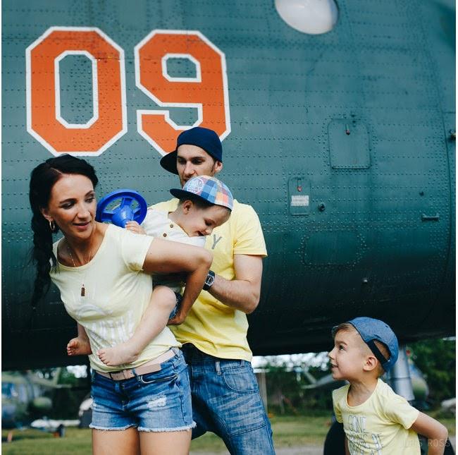 ģimenes fotosesija aviācijas muzejā
