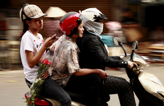 Jeune vendeuse de fleurs durant la Saint-Valentin. Photographie par Arnaud Rousselin
