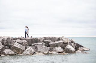 Un couple s'embrasse au bord du lac