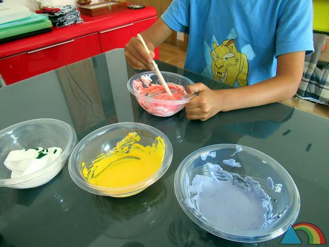 Preparando pintura con espuma de afeitar, cola y colorante alimentario
