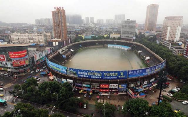 Lluvia inunda estadio de futbol y lo convierte en alberca