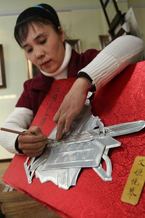 คุณครูหวังฉี (Wang Qi) กำลังโชว์วิธีการทำสามก๊กกระป๋อง