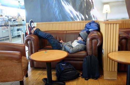 koltukta uyuyan adam