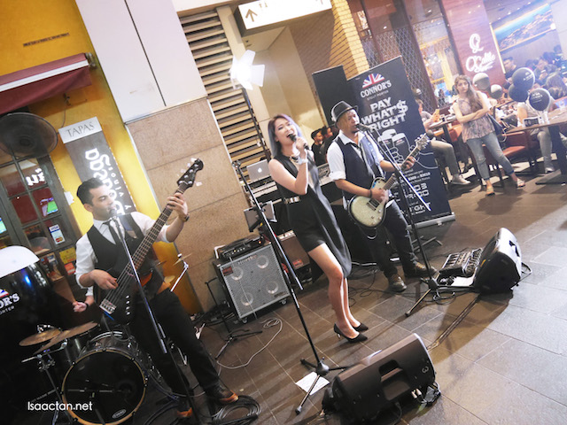Kelly Siew mesmerizing the crowd, with her awesome band, Mad Sally