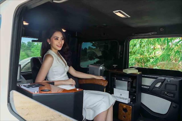 Có thể thấy, Hoa hậu Việt Nam 2018 khá thoải mái khi ngồi trong chiếc SUV được độ nội thất độc đáo này. Hiện chưa rõ tổng chi phí để có thể độ lại toàn bộ khoang phía sau của chiếc Mercedes-AMG G63 trên. Tuy nhiên con số ấy sẽ không hề nhỏ