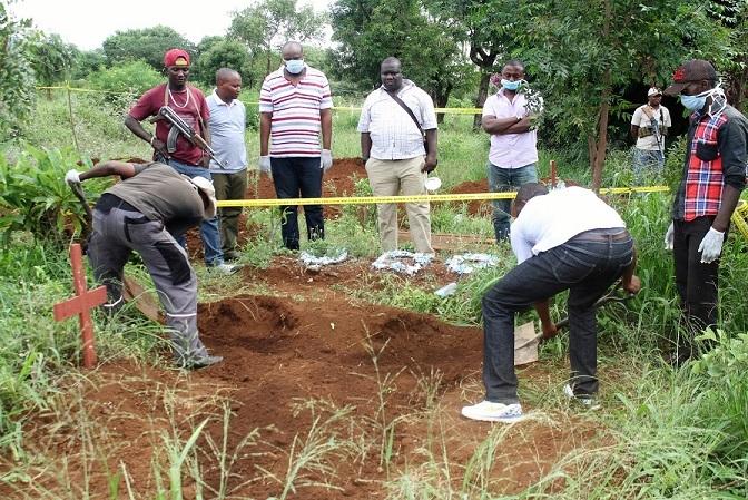 Polisi wakifukua mwili wa mwanafunzi ambao ulizikwa na jiji