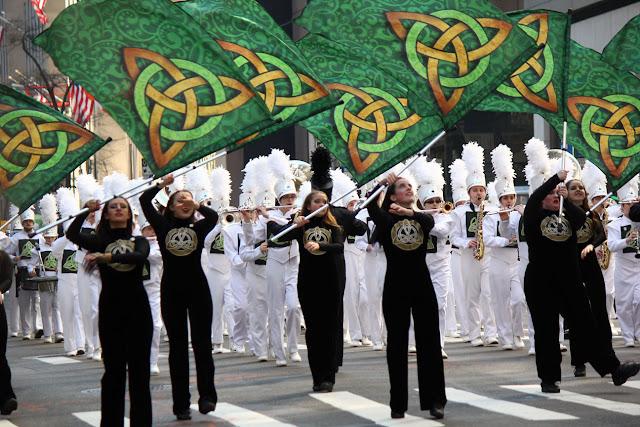 Nuev York Celebra el día de San Patricio 2016 - grupo con bandera desfilando