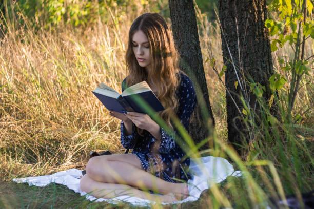 Читати книгу в тіні великого дерева