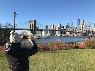 Tomando foto del skyline desde el Brooklyn Bridge Park de Nueva York