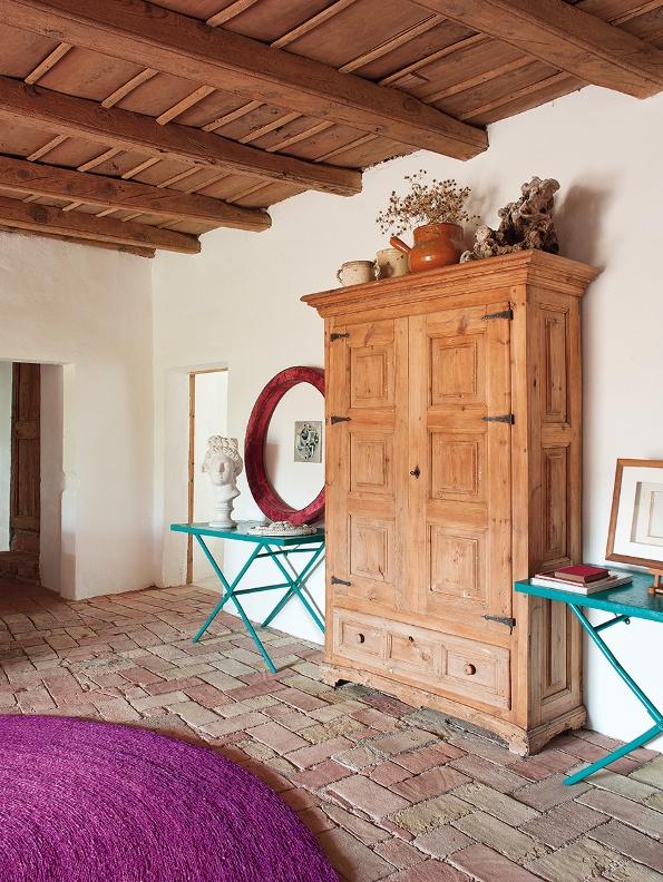 recibidor con mesas simetricasazul turquesa y alfombra color fucsia chicanddeco